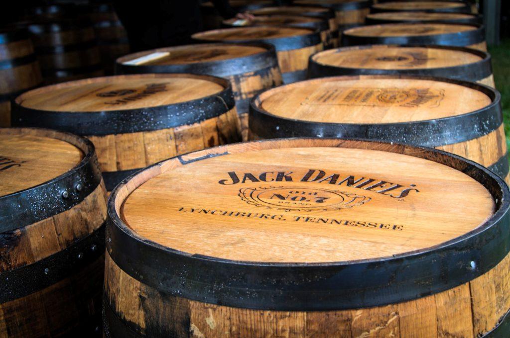 Jack Daniel's уже традиционно превратит свои бочки в рождественские деревья