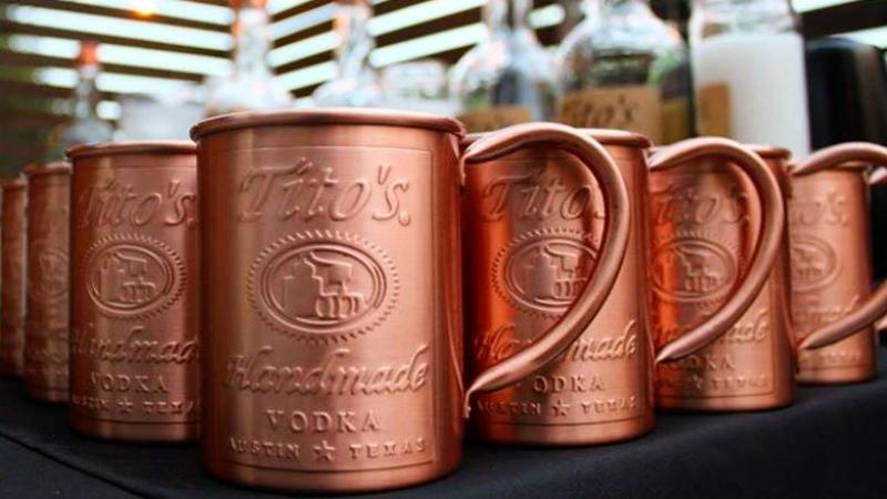 Смена лидера: Tito's обгоняет Smirnoff, как самый продаваемый крепко-алкогольный напиток в США.